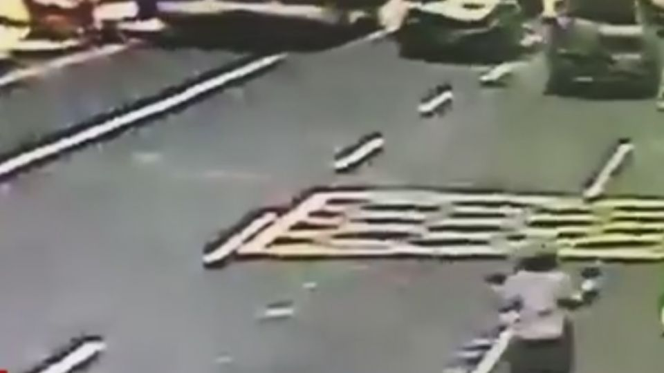 油門當煞車踩!小貨車失控撞6車釀2傷