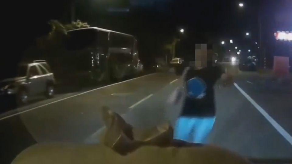 「怎有人影」 男突衝馬路給車撞 駕駛急煞