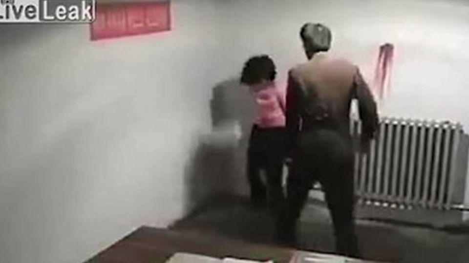 扯髮掄牆噴血... 北韓女只因「這個原因」遭凌虐刑求