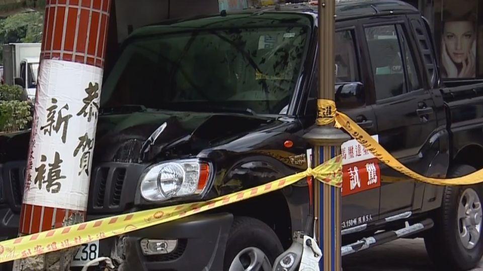 車廠業務開試乘車 撞車毀廟柱再壓毀機車