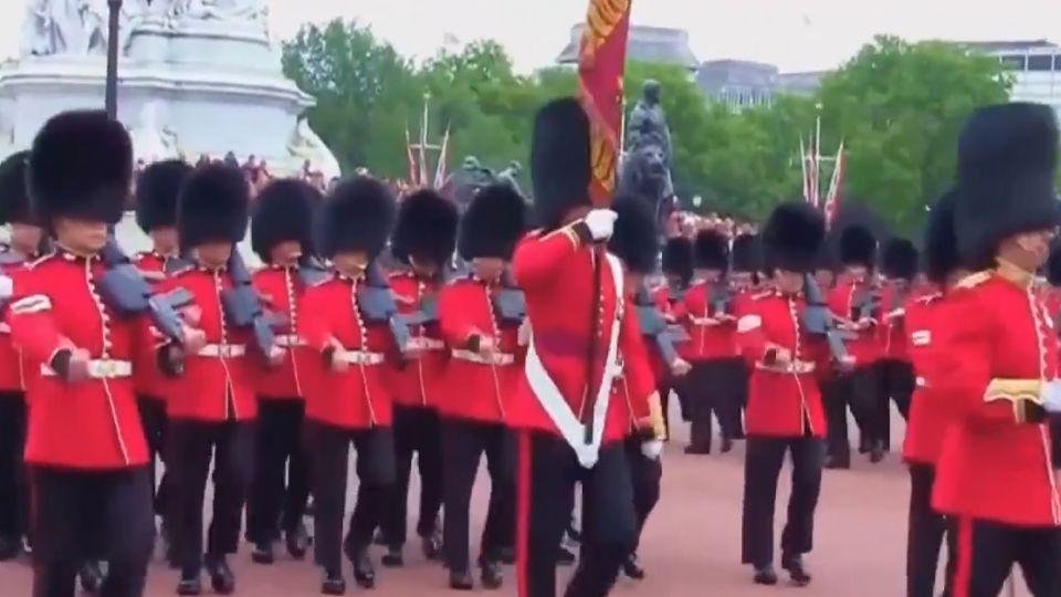 照過來!白金漢宮180年首女衛兵隊長
