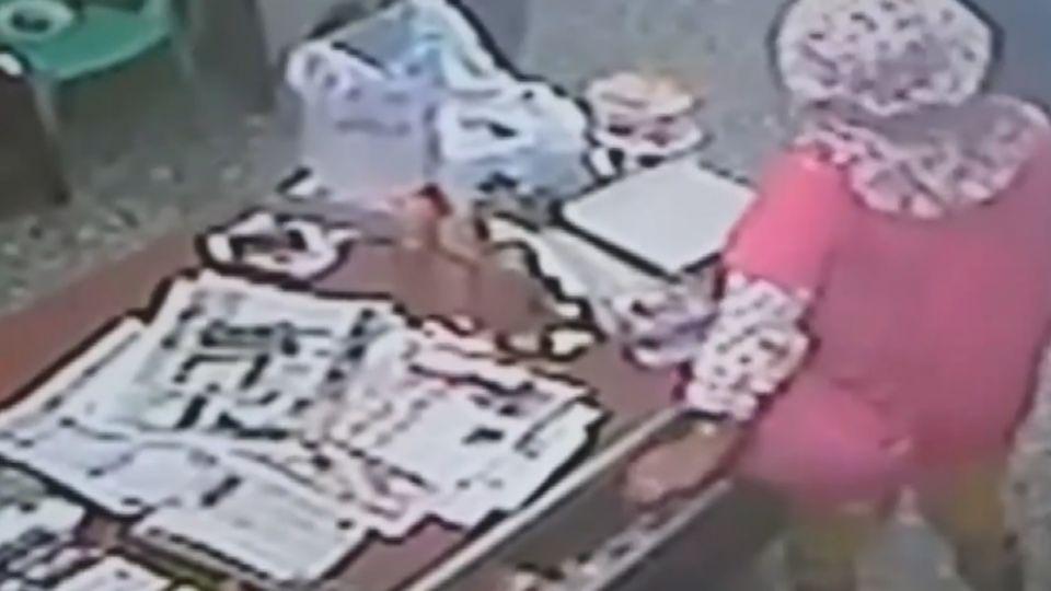 開抽屜偷百元鈔 婦被逮躺地耍賴「是要拿衛紙」