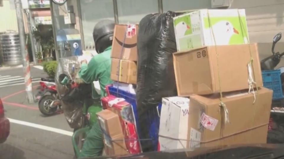 「全台最血汗郵務士」 騎車載送十多樣貨品