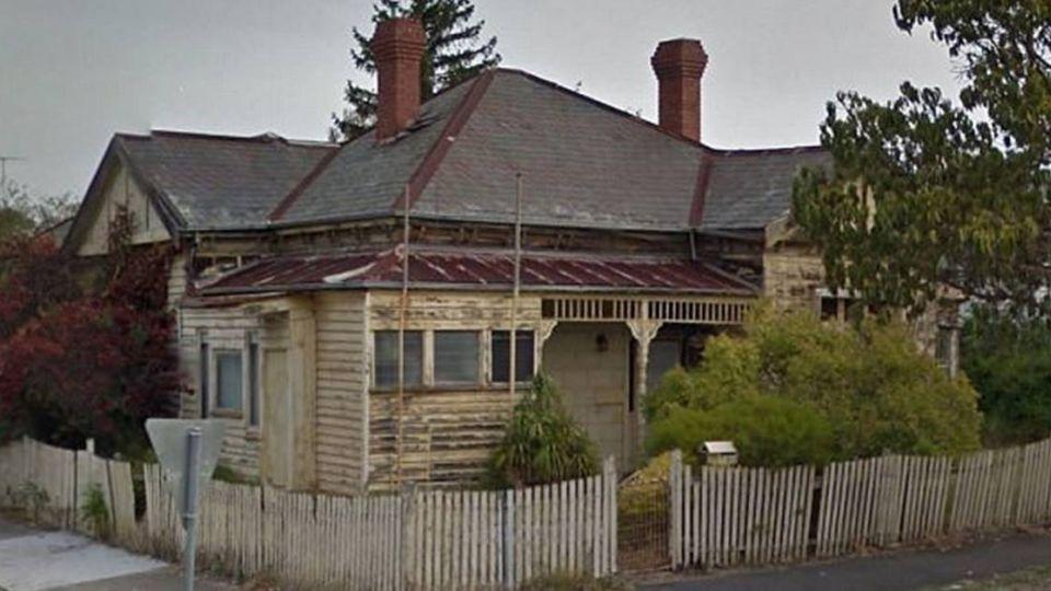 離奇失蹤4天!拆「鬼屋」圍欄後受困地板下 女敲木板求救