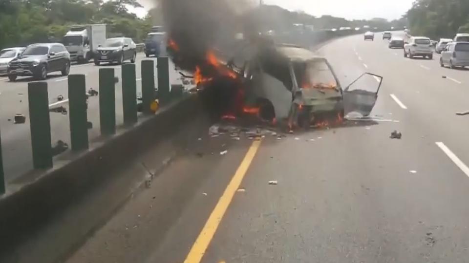 貨車爆胎失控撞分隔島 油箱磨地破裂起火