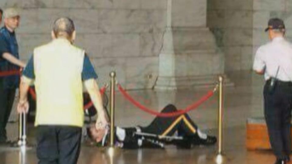 太熱?暈眩?腳麻? 中正紀念堂禮兵昏倒