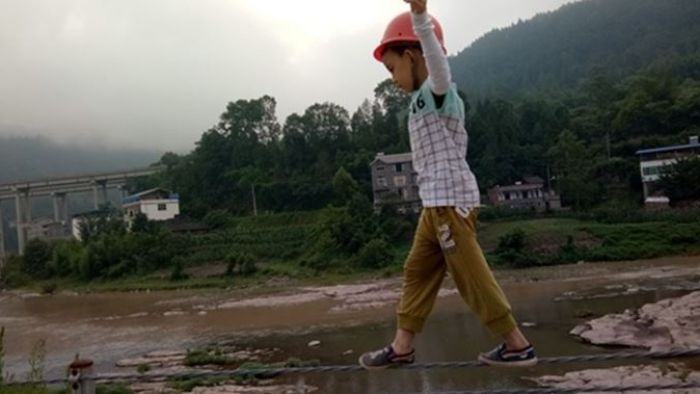 「不當網紅就搬磚」 虎爸訓練6歲兒走鋼絲拚世界紀錄