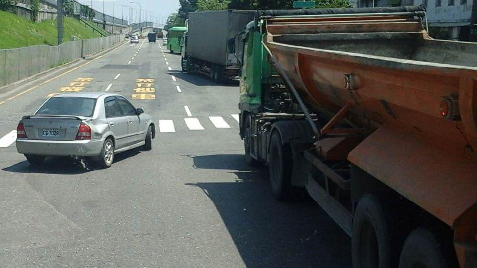路霸?拖板車橫擋交流道口 司機下車「這舉動」被讚爆