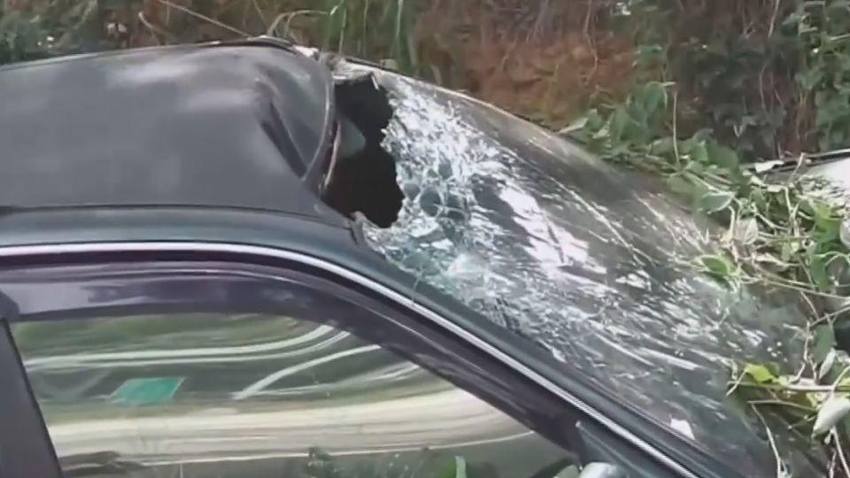 過彎失控翻車衝邊坡 車內2人脫困輕傷