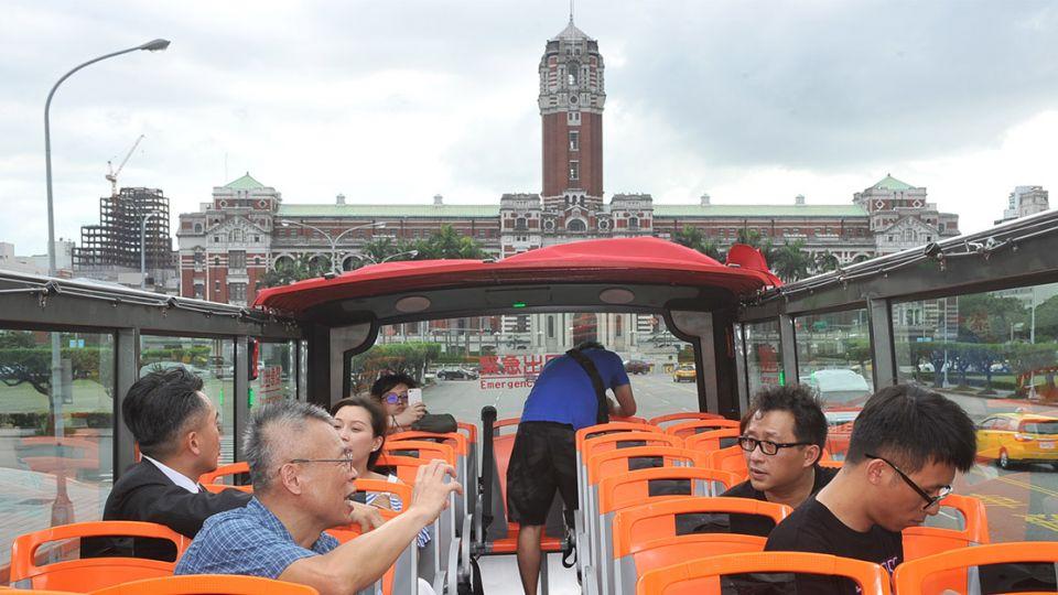 網紅搶先體驗「雙層巴士」品味臺北城市之美!