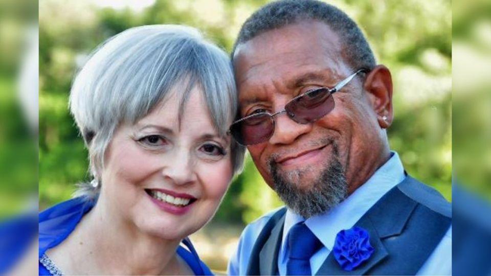 「黑白配」高中情侶被迫分手 43年後再見面牽手終老