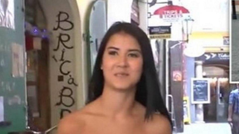 正妹模特兒「全裸」逛大街 路人的反應令人超驚訝