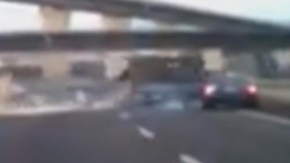 貨車失控「甩蛋」撞汽車 險墜74號高架道