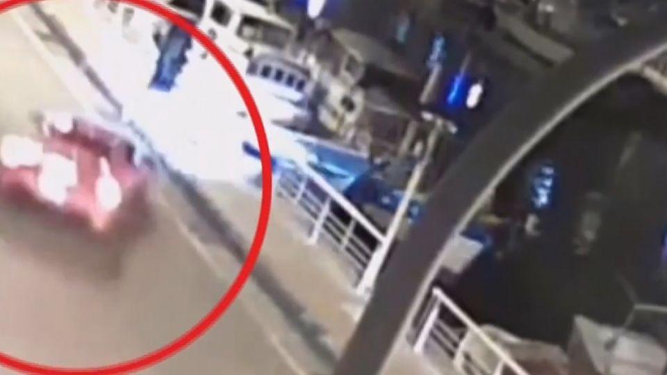 法拉利閃車自撞護欄 碼頭路燈斷墜海