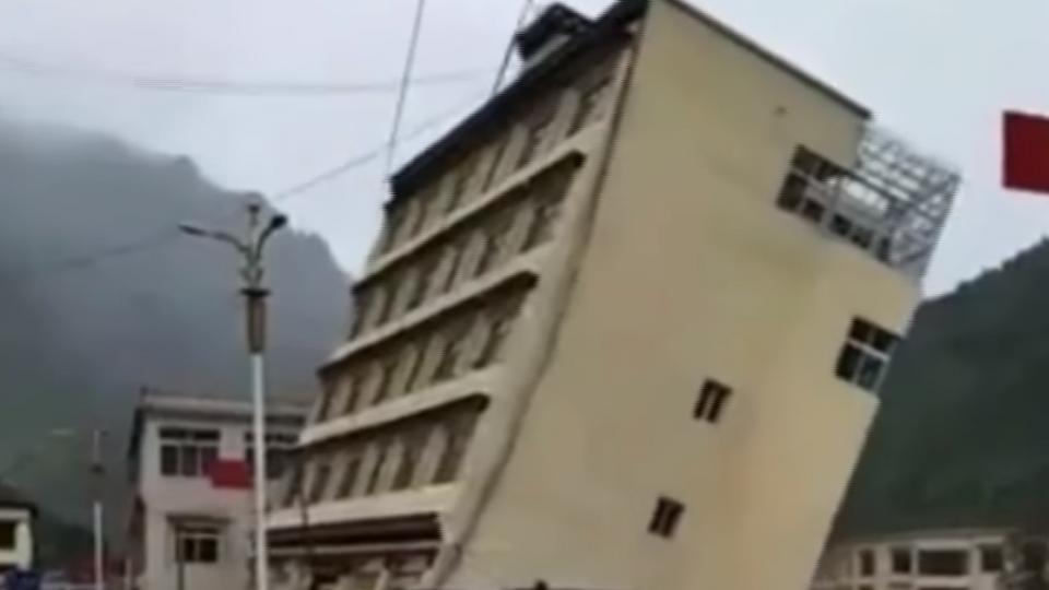 恐怖!西藏連日暴雨 大樓倒塌墜河掀巨浪