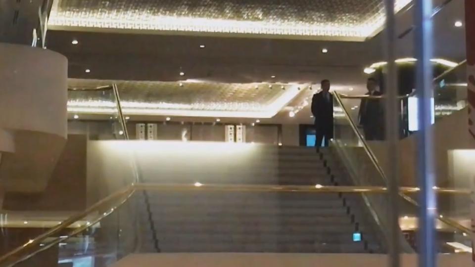 辜成允摔下樓梯亡 晶華總經理以「被告」遭傳喚