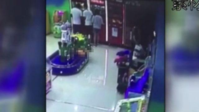 悚!1歲童「卡軌道」遭小火車輾斃 現場大人正背對玩「夾娃娃」
