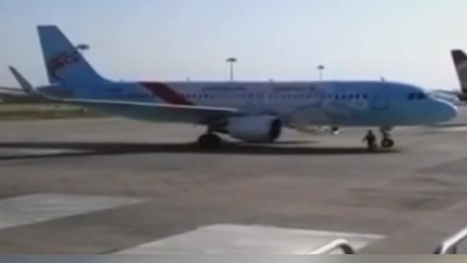 驚險!飛機突然向後滑行 機務員飛奔擋輪