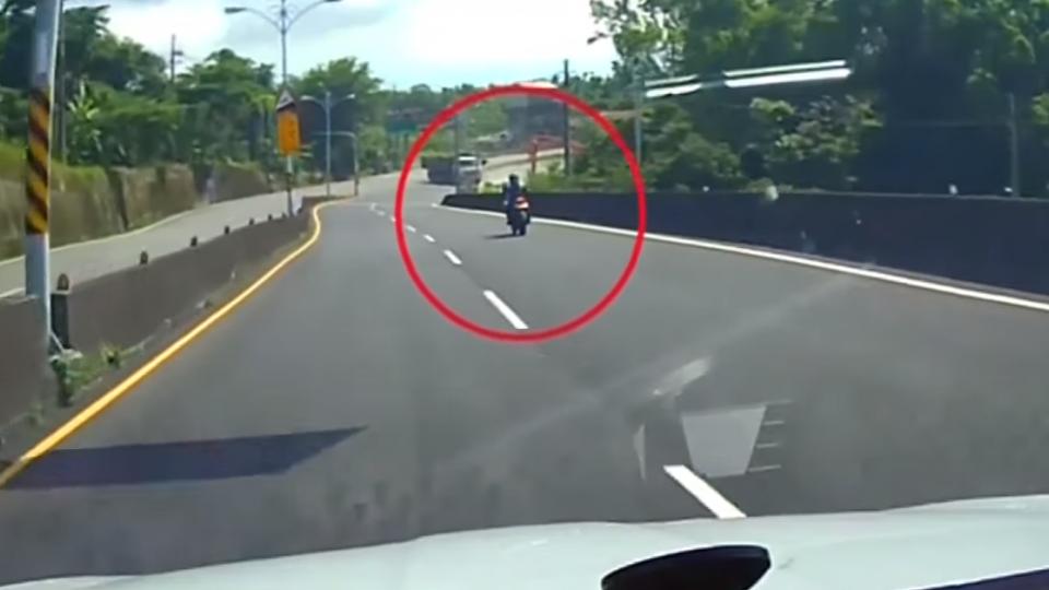 無形暗器!麻繩橫掛路中 重機騎士慘遭纏脖摔車