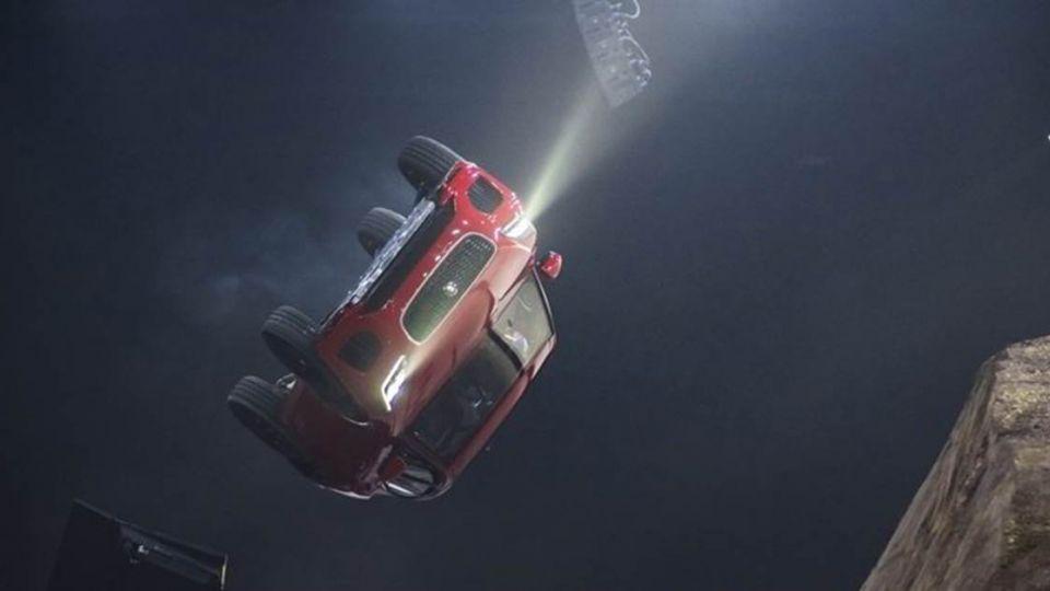 【影片】旋轉跳躍致敬《007》 JAGUAR NEW E-PACE重現飛躍特技