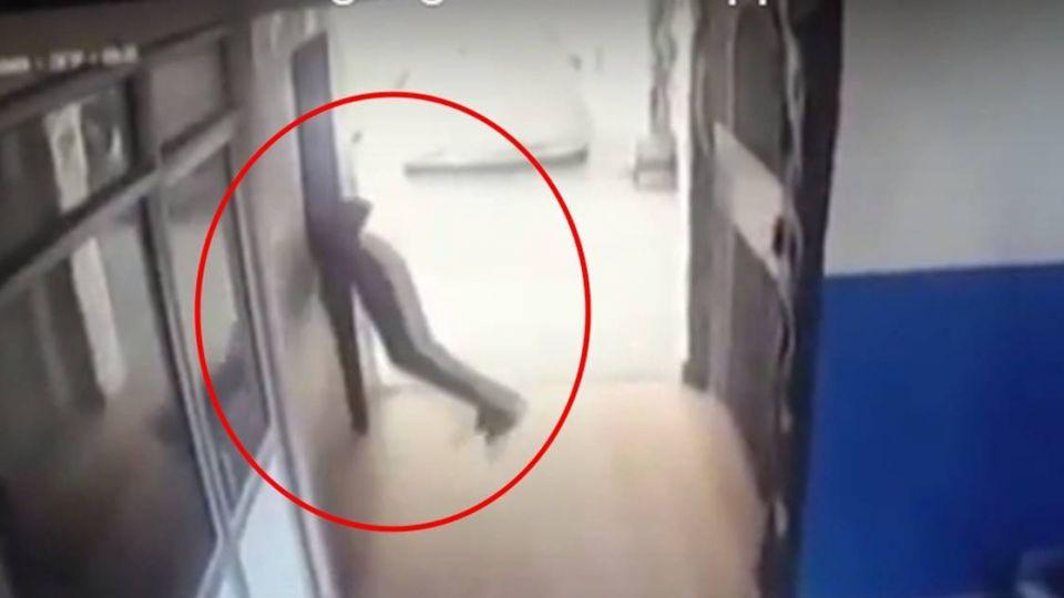 被電梯「重擊夾起」騰空…14歲少年摔癱昏迷