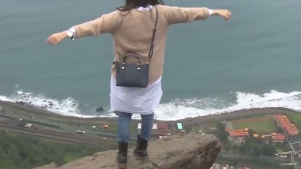 路障遭破壞 遊客為美景冒險闖鷹石尖