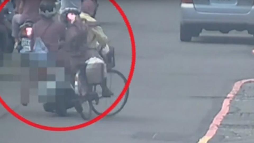 自摔變肇逃 騎士撞人假裝圍觀 監視器現形
