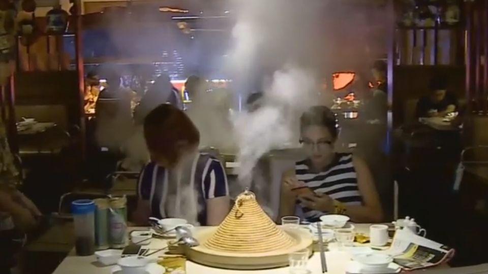 雲南18怪草帽當鍋蓋! 蒸氣石鍋魚鮮美上桌