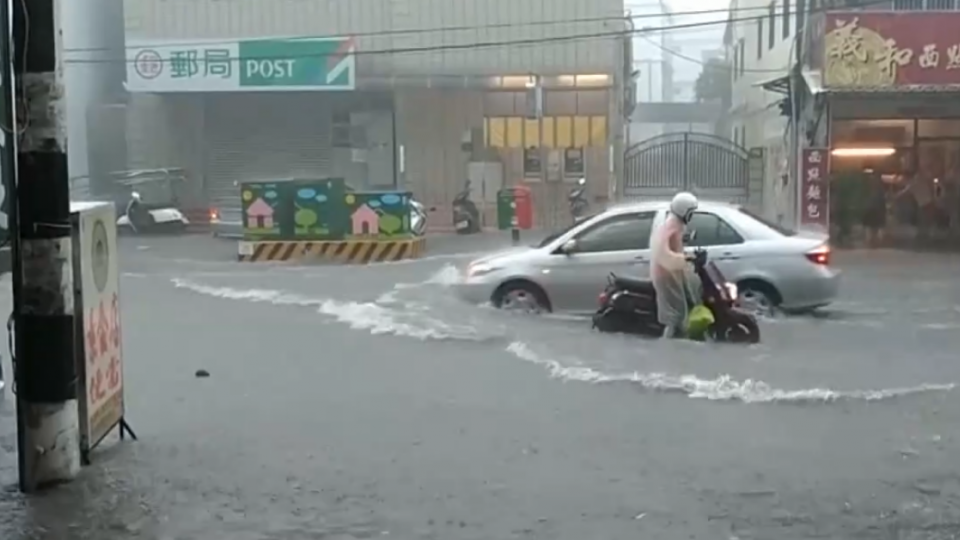 屏東林邊大淹水 遊覽車有如開進河道