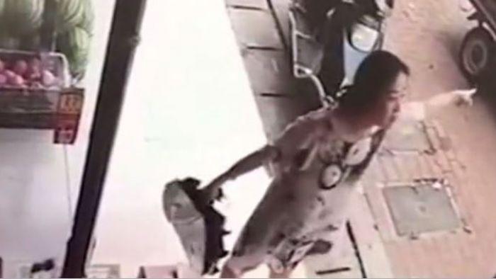 慢了5分鐘…她暴毆快遞員致失禁 辯稱「因為月經來」