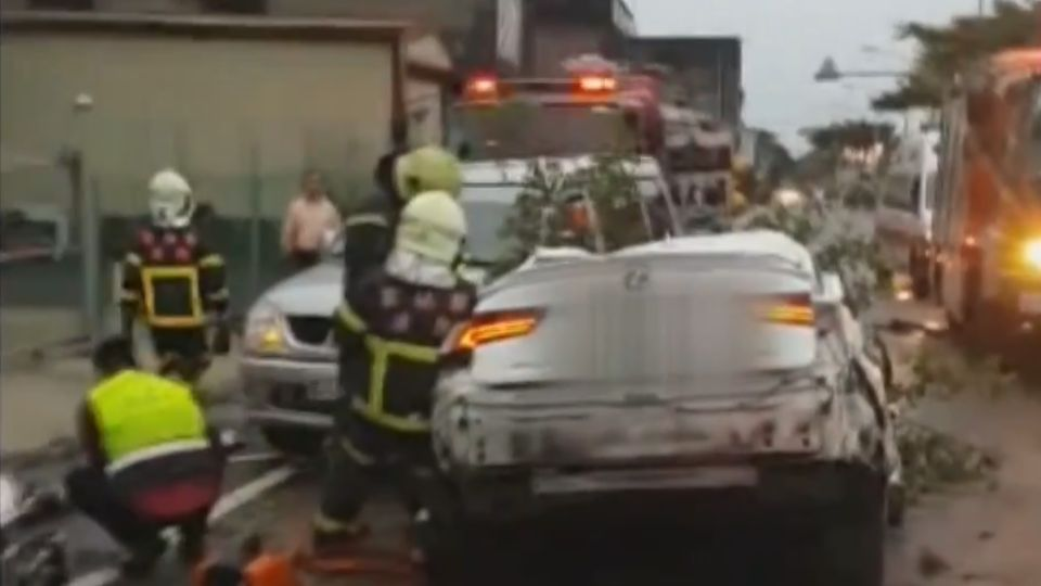 醉失控!撞分隔島斷樹撞2車 駕駛身亡