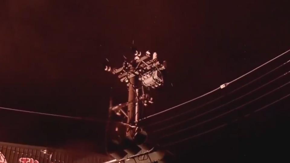 驚險!電線遭雷擊落 火勢竄燒大雨澆不熄