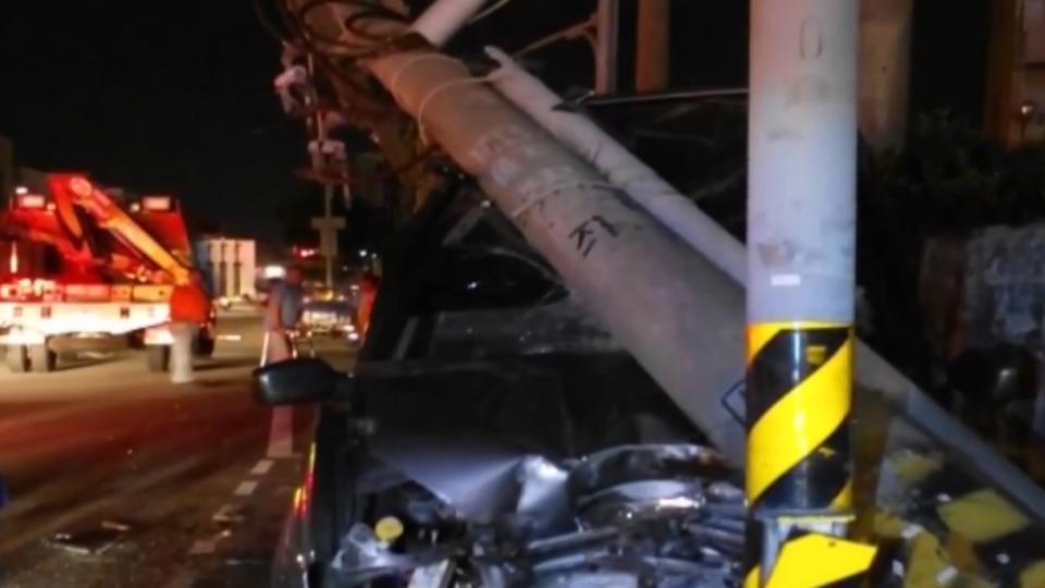 酒駕車撞斷電桿 卡變電箱、電桿 害百戶停電