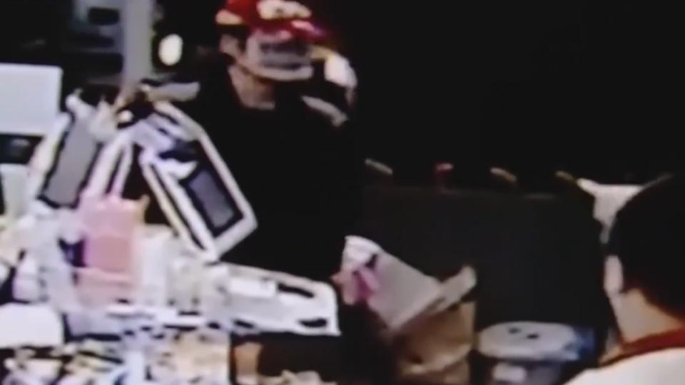 超商店員:窗外有人 持刀搶匪嚇到拔腿就跑