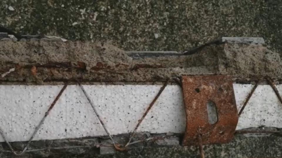舊冷氣架颱風天遭吹落 殘骸含保麗龍惹疑