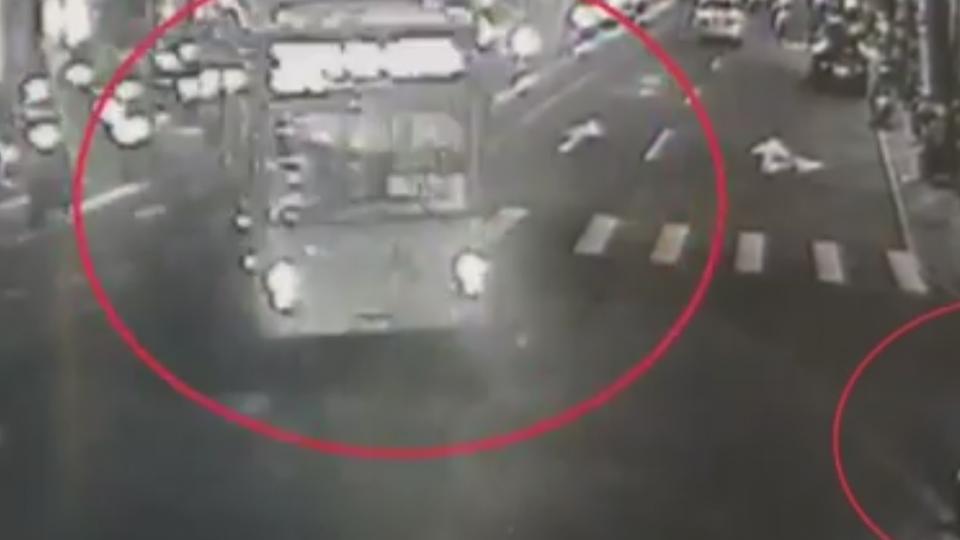 公車左轉擦撞待轉騎士 機車卡車底險輾人
