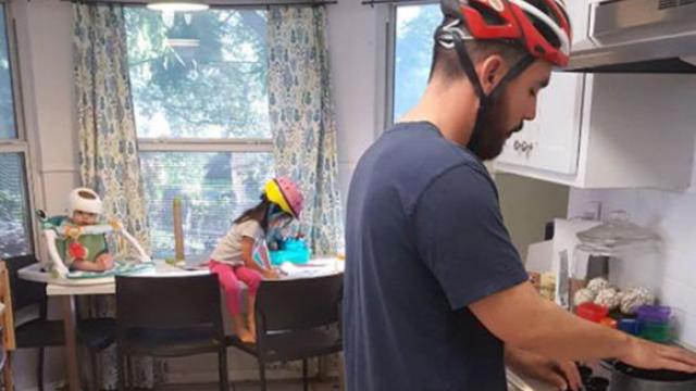 全家人在家也戴「安全帽」 背後原因有洋蔥