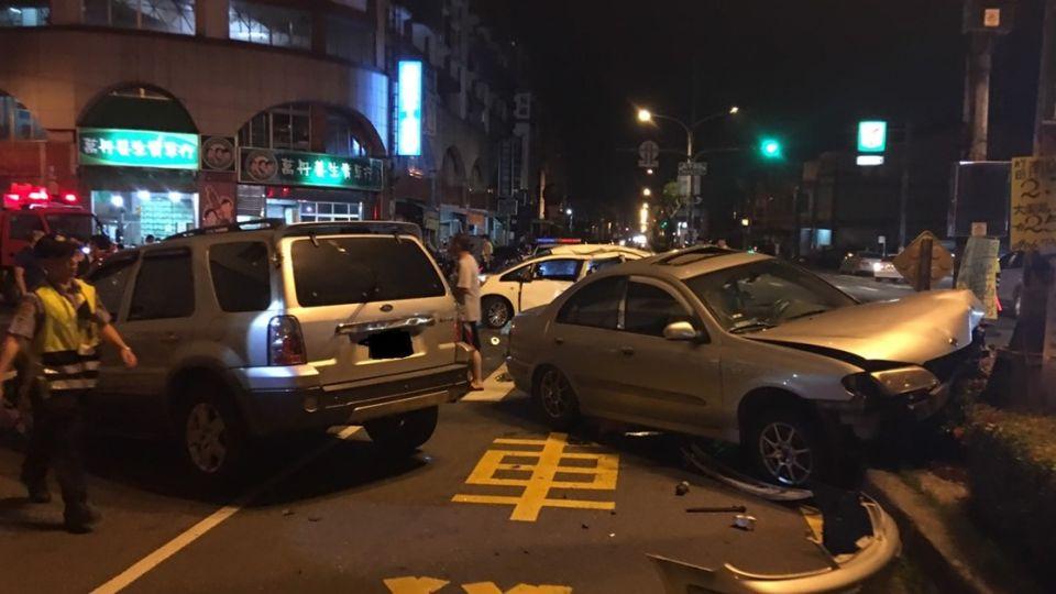 【更新】3死7傷!女駕駛闖紅燈追撞肇逃「再撞2車」 8歲童拋飛慘死