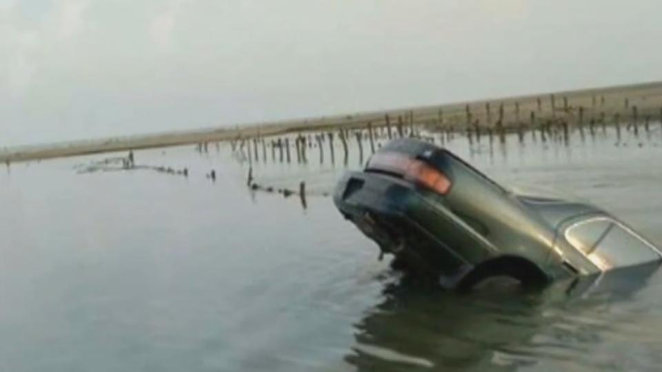 車身一半倒插進水裡! 遊客芳苑戲水險受困