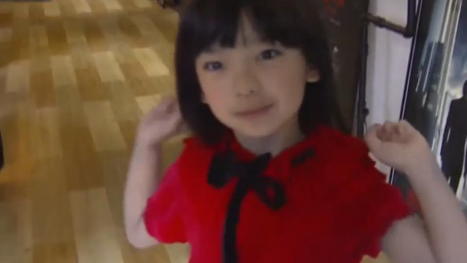 東西小女孩演「鬼臉」! 安娜貝爾PK紅衣小女孩