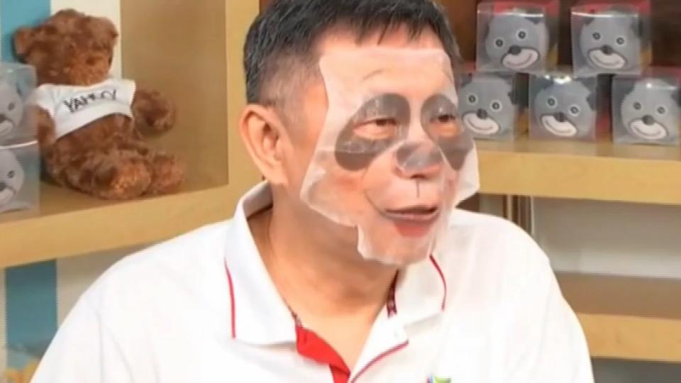 宣傳世大運拚連任 柯P專訪敷「熊貓面膜」