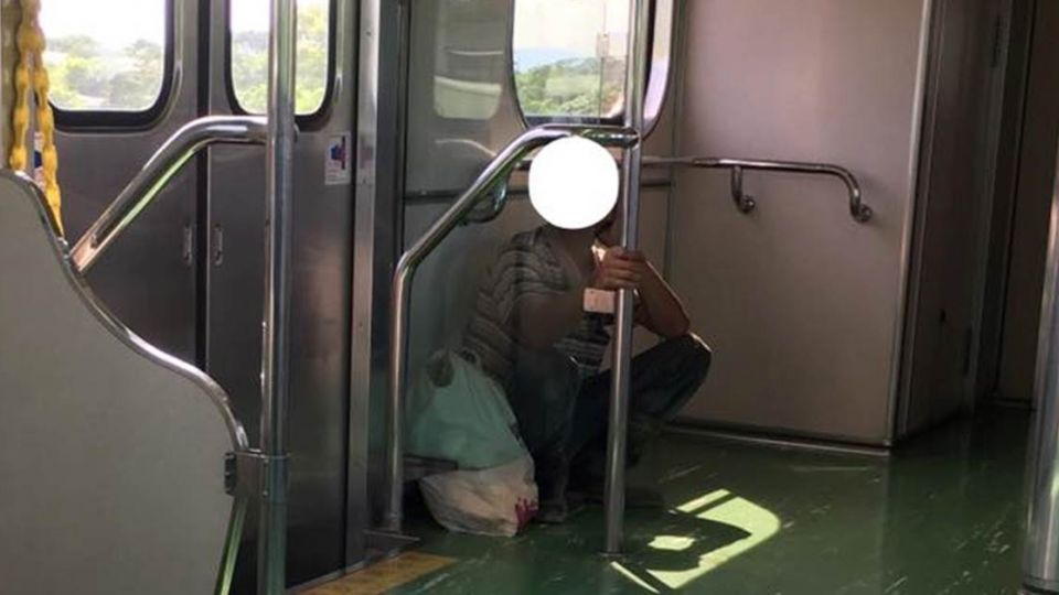 心酸!搭台鐵整排空位沒人坐 工人竟因這件事只願「蹲角落」