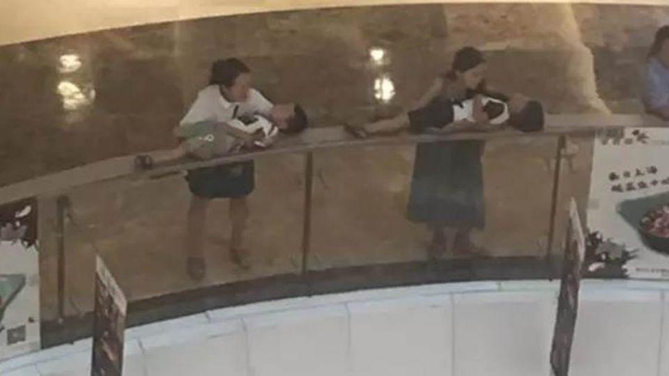 2婦女把孩子平躺放「圍欄上」!民眾嚇傻:手機都不敢這樣放