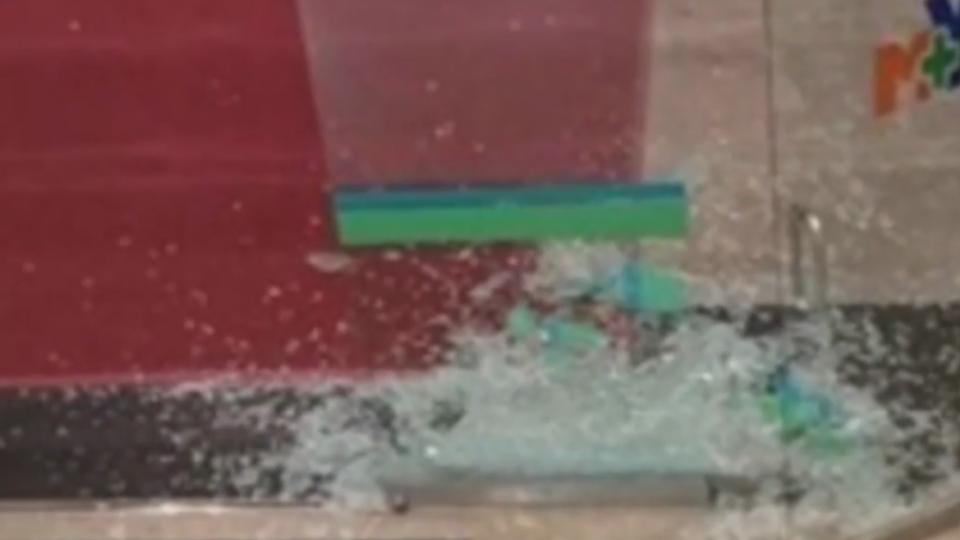 不滿護理師態度砸醫院玻璃 6男得關2個月