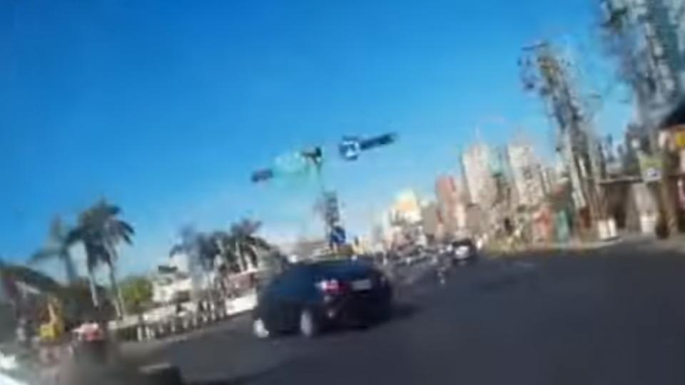 躲警逃逸撞4車 情侶檔自撞衝人行道