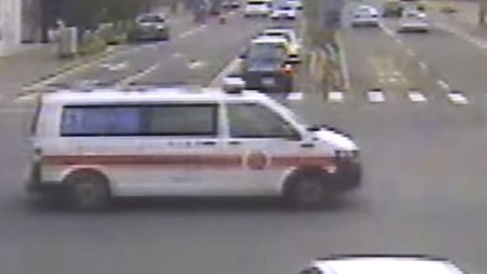 音樂太大聲 轎車衝出遭救護車攔腰撞