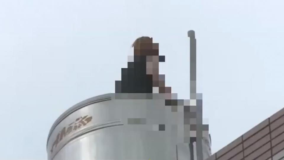 離譜!男友不接電話 女站頂樓水塔「跳格子」