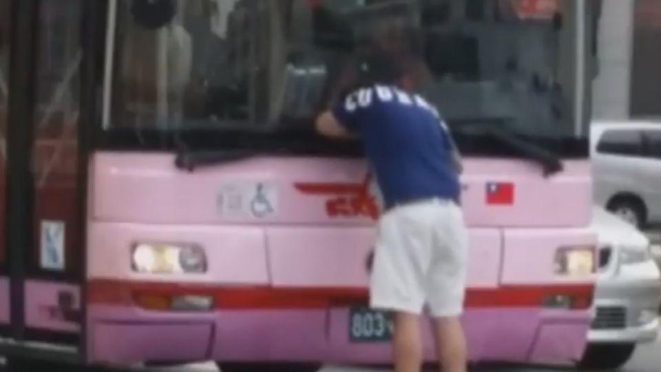 「再不離開我要報警囉」 鬧區尖峰擋公車