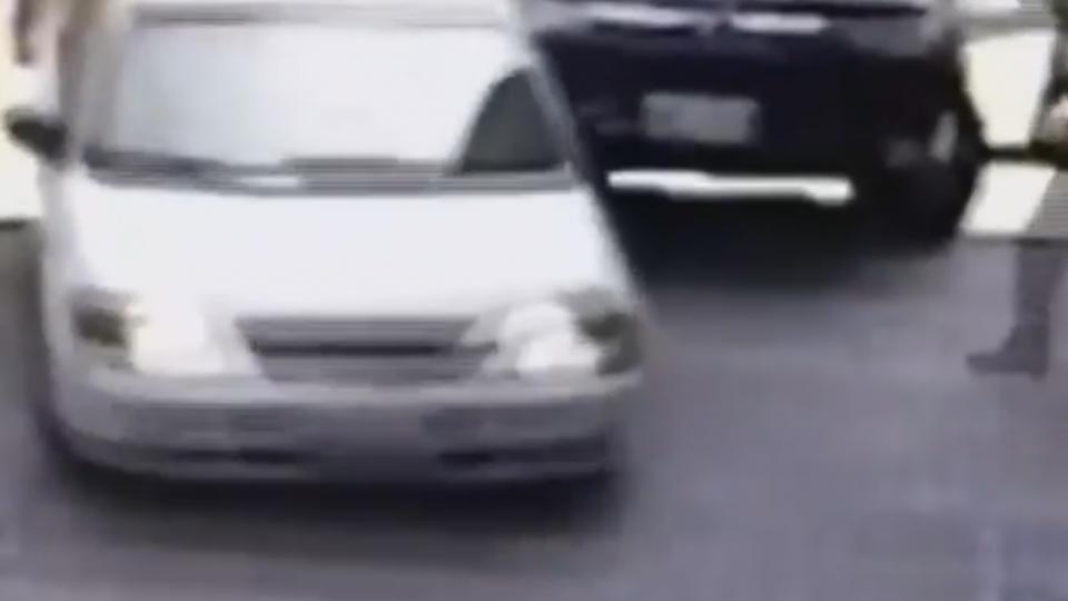 遭警攔查圍捕 駕駛撞破停車場鐵捲門逃逸