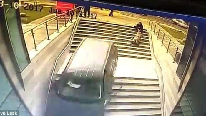 狂!三寶駕駛竟「急駛下樓梯」 保全衝出神救援才腿軟脫困